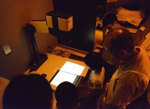 暗室にて。引き伸ばし機を使って、ネガともう一枚の印画紙を重ねて露光します。
