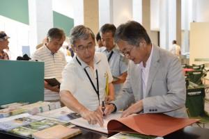 トーク終了後は、当館のオリジナル図録「アジアの聖地」や「BHUTAN: Sacred Within」(Nazraeli Press)にサインを求める列が。
