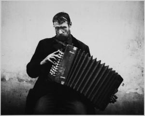 アンドレ・ケルテス《アコーディオン弾き、ハンガリー》1916年 ⒸEstate of André Kertész, New York, 2015