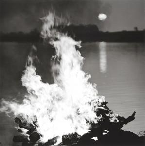 《インド 永遠の光》より、サッドプール火葬場は、ベナレスから東45キロのガンジス河畔にある。2014年1月