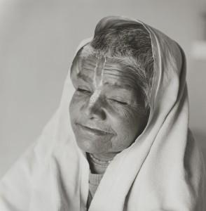 《インド 永遠の光》より、ブリンダバンに48年間住むというシャンティ・バイが語る。(中略)「人生の目的?そんなものは全て捨ててクリシュナ神とラダの慈悲のもとへ行くの。」「私は永遠に悲しみ、永遠に幸福です。」ブリンダバン 2014年2月