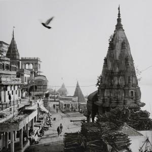 《インド 永遠の光》より、1日中荼毘の火が絶えることのない、ベナレスの火葬場マニカニカ・ガートの朝。ベナレスはヒンディー語で「光の街」を意味し、聖地として2千年以上の歴史を持つ。 ヒンドゥー教徒にとっては、ベナレスで死に、ガンジス河畔で荼毘に付されれば、無限の輪廻転生から解脱できると信じられている。2015年1月