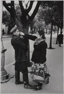ダン・ワイナー《散歩中の家族、ソ連》1957年 ⒸJohn Broderick