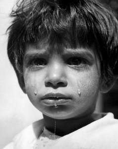 ワーナー・ビショフ《ハンガリー》(両親を戦争で亡くし、孤児院に暮らす少女)1947年 ⒸWerner Bischof / Magnum Photos