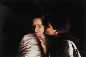 林典子《パキスタン:酸に焼かれた人生 セイダのストーリー 7回目の手術を終え、実家に帰郷したセイダの頬にキスをする妹のエクラ(16歳)。》2010 (YP2011年度収蔵) ?Noriko Hayashi