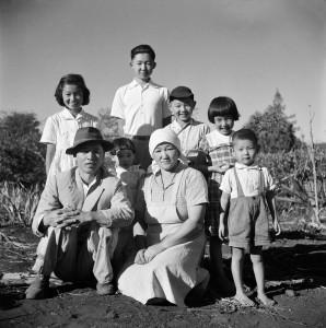 家族の集合写真、パラナ州ロンドリーナ、シャカラ・アララ、1950年頃 ?Haruo Ohara / Instituto Moreira Salles collection