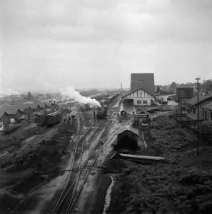 雨後のロンドリーナ駅の操車場、パラナ州ロンドリーナ、1950年代 ⒸHaruo Ohara/Instituto Moreira Salles Collection