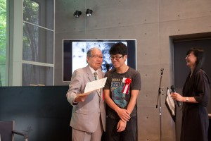 チョン・コクユウ(マレーシア)に「KMoPA永久保存証書」を手渡す細江館長。