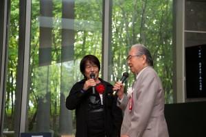 中締めの挨拶をされる森山大道選考委員と細江館長。