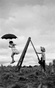 治雄の娘・マリアと甥・富田カズオ、パラナ州ロンドリーナ、富田農園、1955年 ⒸHaruo Ohara/Instituto Moreira Salles Collection