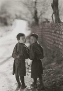 井津建郎《Druk #537、タムシン寺院近所の学校友達、ブムタン、ブータン》2007年 プラチナ・プリント、当館蔵
