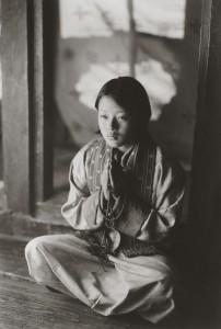 井津建郎《Druk#545、ジャンベイ寺院で祈る若い妻、ブムタン、ブータン》2007年 プラチナ・プリント、当館蔵