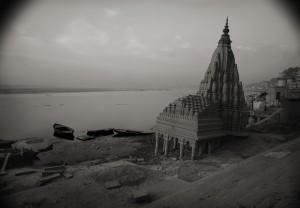井津建郎《インド 祈りのこだます地  ベナレス#105》1997