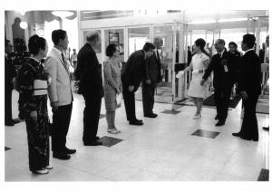 1968年、高松宮妃殿下をお迎えして行われた銀座・松屋での「時代の目撃者 コンサーンド・フォトグラファー」展 同展の日本開催をコーディネートしたのは、写真家・久保田博二氏だった。 写真右から3人目、高松宮妃喜久子妃殿下、アンドレ・ケルテス、コーネル・キャパ夫妻、エンサイクロペディア・ブリタニカ日本支社長フランク・ギブニー、写真家・濱谷浩夫妻 ⒸEstate of André Kertész, New York, 2015