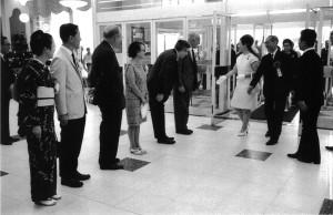 1968年「時代の目撃者 コンサーンド・フォトグラファー」と題され、高松宮妃殿下をお迎えして行われた松屋銀座でのオープニング風景。 写真右から3人目、高松宮妃喜久子妃殿下、アンドレ・ケルテス、コーネル・キャパ夫妻、エンサイクロペディア・ブリタニカ日本支社長フランク・ギブニー、写真家・濱谷浩夫妻 ?Estate of Andre Kertesz, New York, 2015