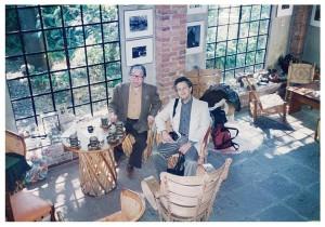 居間にて。細江館長(左)とアーサー・オルマン氏。オルマン氏の後ろの壁には、ベレニス・アボット撮影のウジェーヌ・アジェの肖像が掛けられていた。