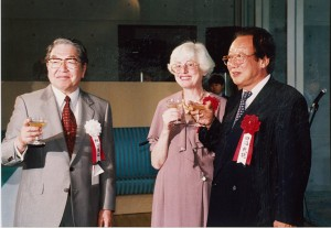 右から田沼武能(当時日本写真家協会会長)、夫人のコレット・アルバレス・ウルバフテル、細江館長