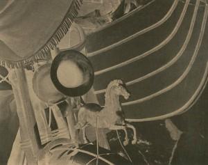 マヌエル・アルバレス・ブラボ《アイスクリーム売り車の上の小馬》1928 Ⓒ2016 Colette Urbajtel / Archivo Manuel Álvarez Bravo., S.C., Mexico City