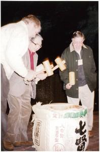 1998年11月、KMoPAにて開催の国際写真キュレーター会議「オラクル」にて鏡開きをするライオンズ(右)、細江館長(中)、ジェームズ・エニアート氏(左)