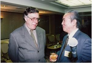 左)ネイサン・ライオンズ、右)三木多聞東京都写真美術館館長(当時)