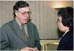 左)ネイサン・ライオンズ、右)写真ディレクター・山岸亨子氏
