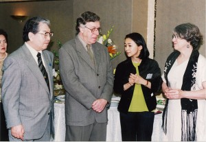 1997年5月、ネイサン・ライオンズ、ジョアンご夫妻歓迎パーティにて(都内)左から細江館長、ネイサン・ライオンズ、山地学芸員、ジョアン夫人