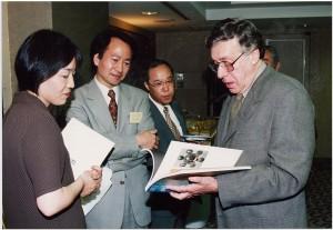 ライオンズご夫妻歓迎パーティにて、(左)東京都写真美術館学芸員・笠原美智子氏。