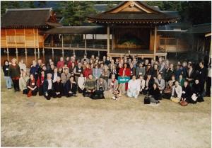 身曾伎神社(小淵沢町)の能舞台前で「オラクル」参加者全員の集合写真。