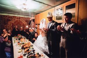林典子《キルギス さらわれる花嫁     前日に誘拐で結婚したアフマットとディナラ。結婚式のセレモニーで祈りを捧げる。》2012