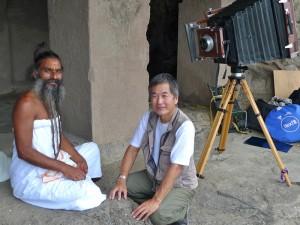 インド・エローラにてサドゥを撮影中の井津建郎(撮影:Nandita Raman)