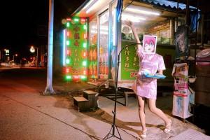 シム・チャン(台湾)《檳榔樹(びんろうじゅ)売りの少女》2013 SIM Chang, Pinang Girl, 2013  ⒸSim Chang