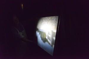 ピンホールの部屋でピンホールカメラの内部を体験