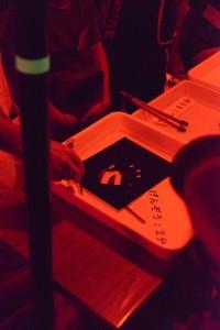 その印画紙を現像液に浸けると、手のひらを乗せた部分が白く残り、周辺が黒くなりました。印画紙の働きがわかりますね。これが「ネガ」となります。また同時に「フォトグラム」という技法でもあります。
