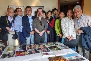 赤々舎ブースにて。ポートフォリオ・レビュー審査員と赤々舎の姫野希美氏(左から5人目)、右から2人目はYPOBの山内悠氏。赤々舎から出版した写真集を自ら販売しておりました。私、田村は左端です。