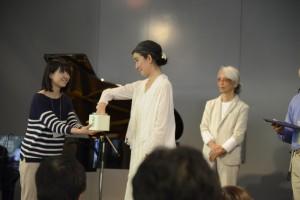 半券を引く鈴木重子さん(中央)とお手伝いくださった学芸員実習中の能城愛さん(左)