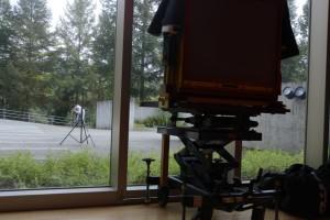 カメラを真東に向けるため、外へ目印をセットする北野さん。