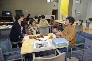 現在進行中のプロジェクトについて話す稲垣徳文さん(右)、田辺静香さん(中)山地学芸員(左)