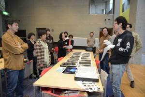自作のシリーズ《our face》のプリントをお持ちくださった北野謙さん。現在準備中のプロジェクトのため「電池を使わないカメラと三脚をお借りしたい」と協力を呼びかけた。