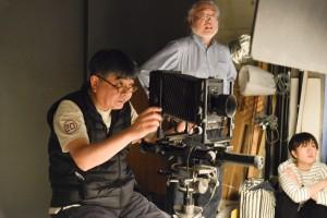 まずはネガを作るために講師の細江賢治先生が参加者を撮影します。大型カメラで撮影してもらうのも特別な機会ですね。
