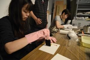 緊張の一瞬。紙が感光剤を吸い込まないうちに、素早くスポンジ・ハケを動かして塗ります。