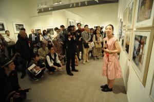 「2013年度ヤング・ポートフォリオ」展にてギャラリートークを行う坂口真理子