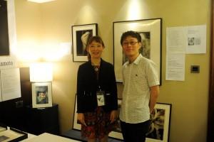 左はM.Y.Ku. ART PROJECTの山本功巳氏(YPOB)。右は、現在「YP2015」 にて作品展示中の松井泰憲氏。