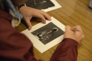 印画紙となる用紙にネガを乗せて、乳剤を塗る範囲に印を付けます。