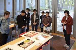 YP2015にて収蔵の作品《南国万華鏡》を前に自己紹介する田口昇さん(右端)