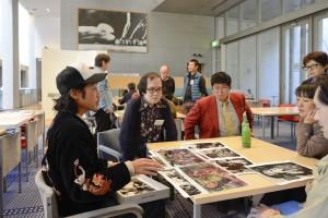近作を紹介する元田敬三さん(左)