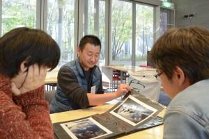 9月に開催した個展「空 鏡」での展示作品を紹介する関根則夫さん。