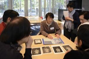 9月に当館にて開催したプラチナ・プリント・ワークショップでの作品と、近作を紹介する田辺静香さん。