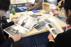 元田敬三さんのZINE、松本孝一さんが運営する「ニセアカシア発行所」の出版物を手に質問多数。