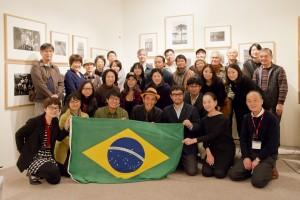 鈴木エルメスさんご持参のブラジル国旗を掲げて撮影。大原氏の写真を介して日本とブラジルとの深いご縁を感じた瞬間です。みなさんの思い出に残る特別なトークとなったことでしょう。