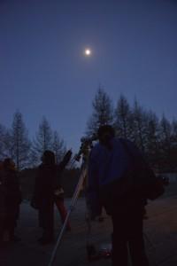 K・MoPA正面にて金星を見る